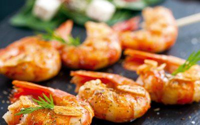 Brochettes de crevettes aromatisées au curry et au poivre de Timut