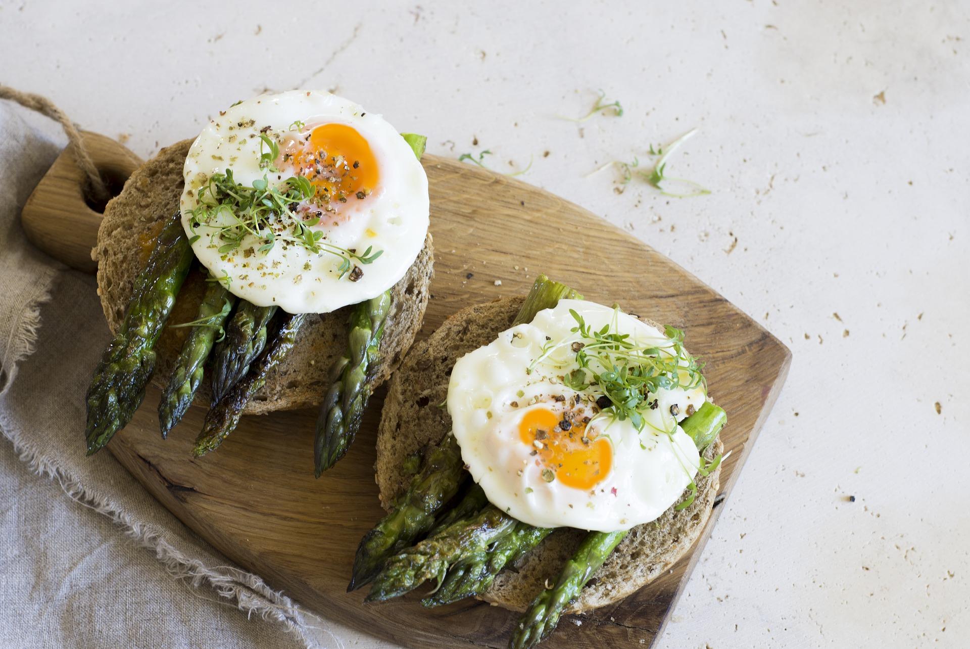 Tartine asperges & œuf,